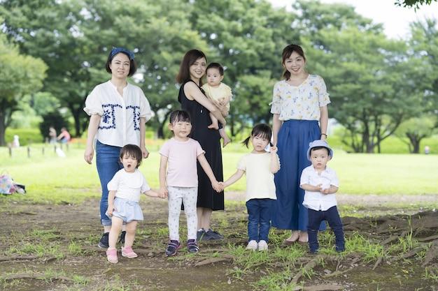 Foto di gruppo di famiglie asiatiche