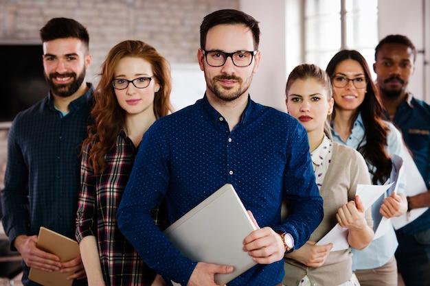 Foto di gruppo di un team di designer di successo e fiduciosi in ufficio