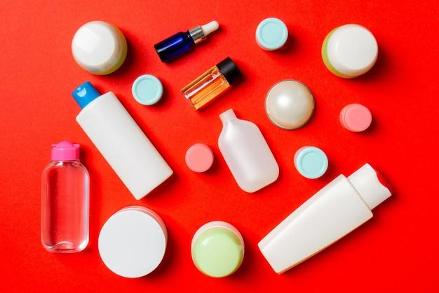 Gruppo di bottiglia di plastica per la cura del corpo composizione piatta con prodotti cosmetici