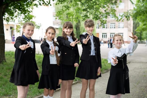 Ritratto di gruppo di scolari felici