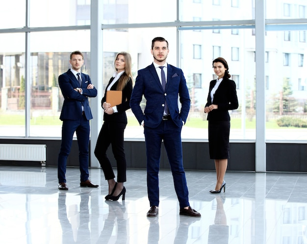 Ritratto di gruppo di un team di professionisti che guarda con sicurezza la telecamera