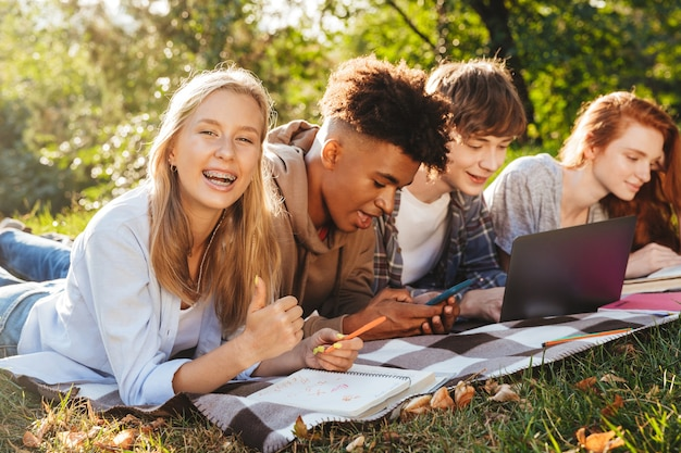Gruppo di studenti multietnici positivi