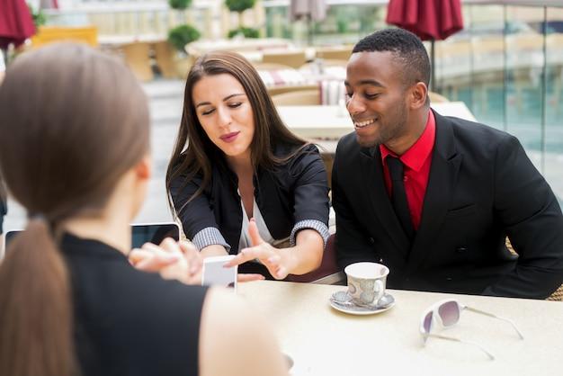 Gruppo di gente di affari elegante positiva che si diverte per una pausa.