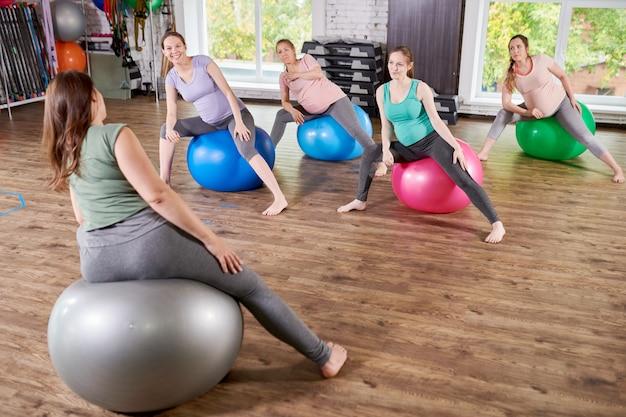 Gruppo di donne in gravidanza in classe di fitness