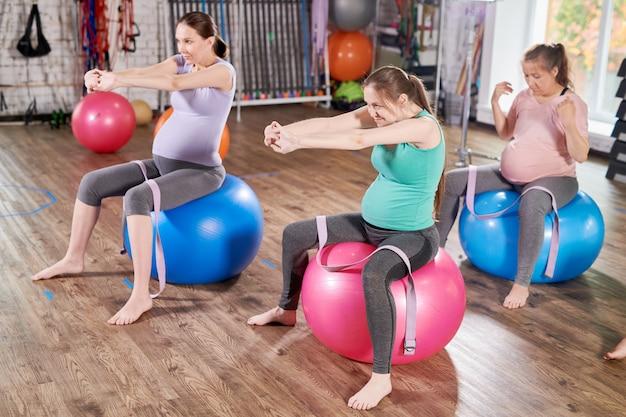 Gruppo di donne in gravidanza stretching