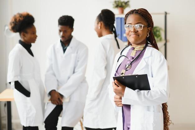 Gruppo di operatori sanitari professionisti che lavorano insieme