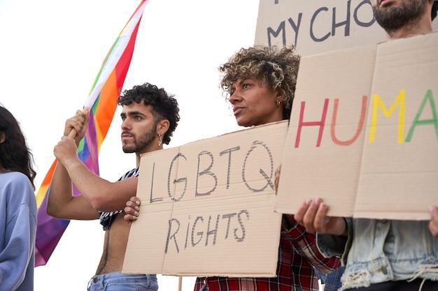 Gruppo di manifestanti che tengono in mano striscioni per manifestanti comunità gay pride lgbt
