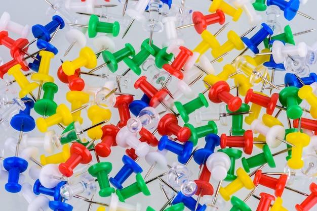 Gruppo di puntine da disegno in diversi colori