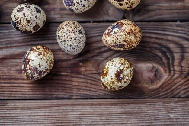 Gruppo di uova di quaglia su fondo in legno. vista dall'alto.