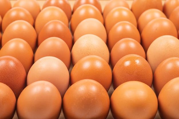 Gruppo di uova marroni crude. vista dall'alto.
