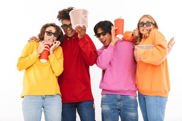 Gruppo di amici multirazziali spaventati guardando un film, mangiando popcorn, bevendo soda isolato