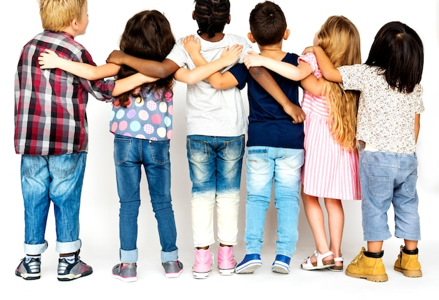 Gruppo di amici della scuola che si abbracciano insieme