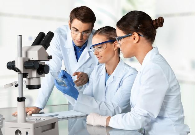 Gruppo di scienziati che lavorano al laboratorio