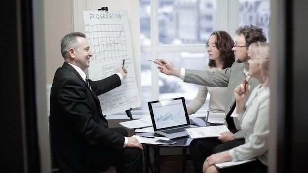 Gruppo di uomini d'affari senior che discutono di un nuovo progetto di business.il concetto di partnership