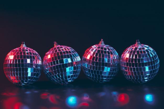 Gruppo di palle brillanti della discoteca sulla fine scura del fondo su