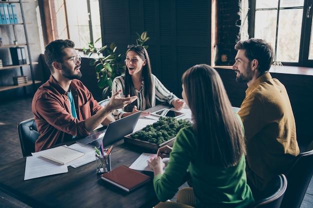 Un gruppo di persone intelligenti e simpatiche buoni partner siedono tavolo scrivania discus strategia di carriera progresso sviluppo avvio