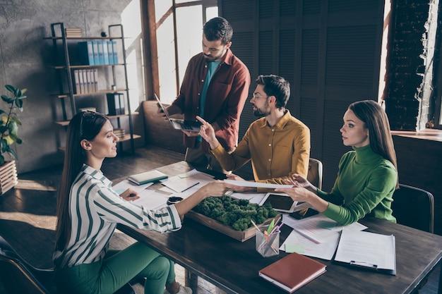 Un gruppo di persone esperte intelligenti allenano i suoi collari uomo mostra punto laptop progetto errori ragazza condividere carta
