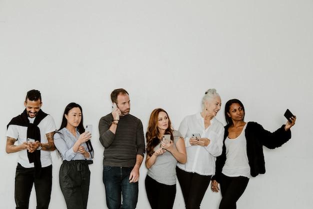 Gruppo di persone dipendenti dai social media