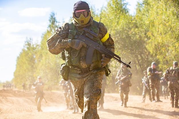 Gruppo di soldati all'aperto su esercitazioni esercito. concetto di guerra, esercito, tecnologia e persone