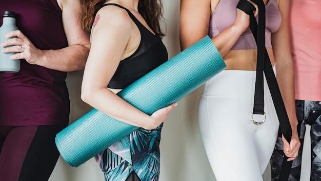 Gruppo di sportivi durante la lezione di yoga