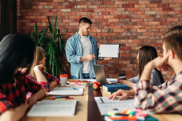 Gruppo di studenti che guardano per una nuova presentazione, giovane squadra di affari, lavoro di squadra. avvio progetto, collaborazione aderenti