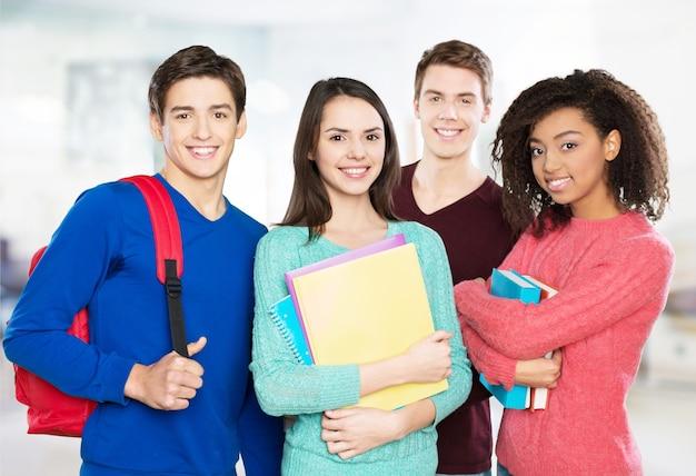 Gruppo di studenti con libri sullo sfondo