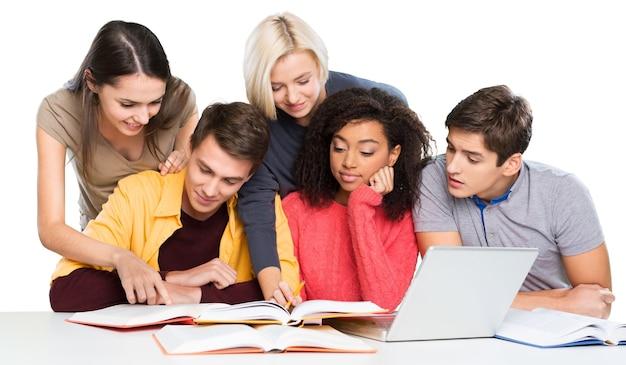 Gruppo di studenti con libri e laptop isolati su uno sfondo bianco