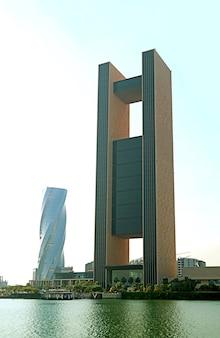 Gruppo di edifici mozzafiato, alcuni dei punti di riferimento eccezionali a bahrain bay, manama, bahrain