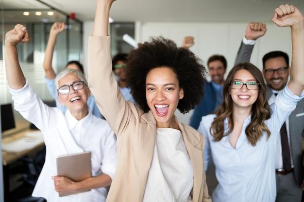 Gruppo di uomini d'affari di successo felici in ufficio