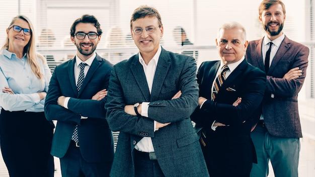 Gruppo di uomini d'affari di successo in piedi in ufficio