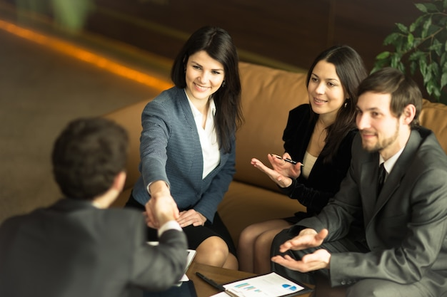 Un gruppo di imprenditori di successo. per discutere una questione importante con i colleghi