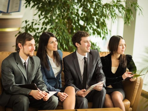 Un gruppo di imprenditori di successo. discussione dell'importante contratto dell'azienda.