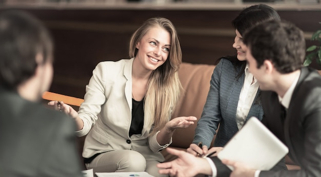 Un gruppo di imprenditori di successo discussione di una questione importante con i colleghi in ufficio