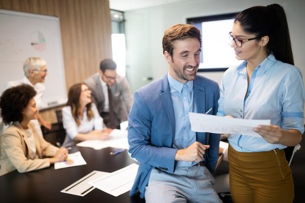 Gruppo di uomini d'affari felici di successo al lavoro in ufficio