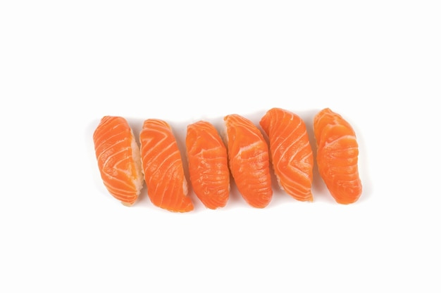 Un gruppo di sushi di salmone in fila. questo è il cibo tradizionale giapponese da mangiare tra salmone fresco crudo e riso.