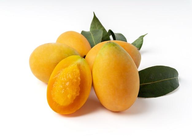 Gruppo di sweet yellow marian plum isolato su uno sfondo bianco.