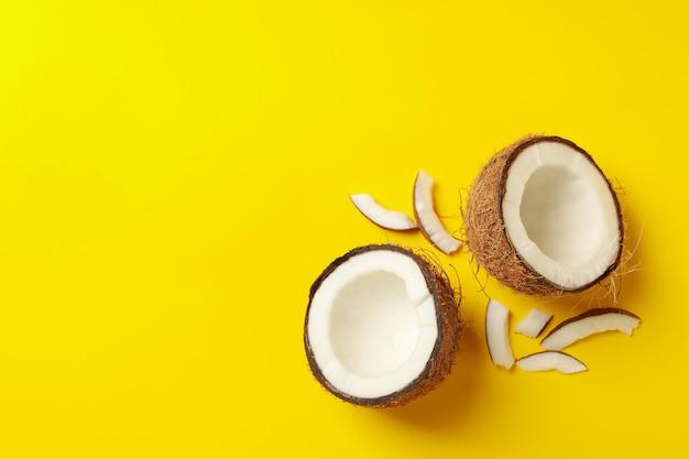 Gruppo di gustosa noce di cocco fresca su sfondo giallo