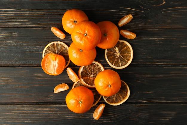 Gruppo di gustosi mandarini su fondo di legno rustico