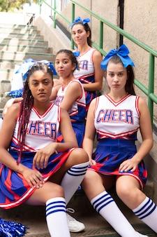 Gruppo di adolescenti in uniformi da cheerleader
