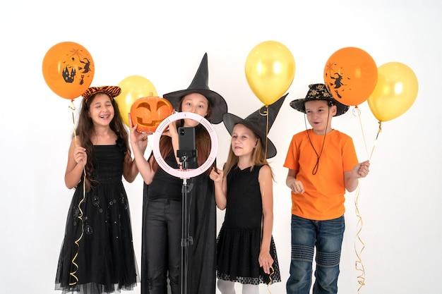 Gruppo di adolescenti in costume per il vlogging di halloween