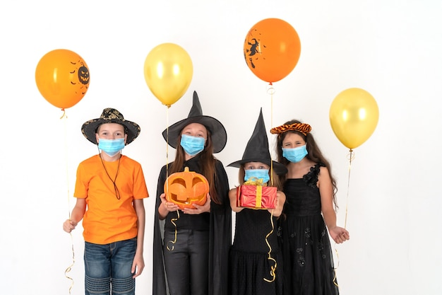 Gruppo di adolescenti in costume per halloween