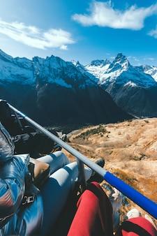 Un gruppo di turisti scende dalla montagna con un ascensore