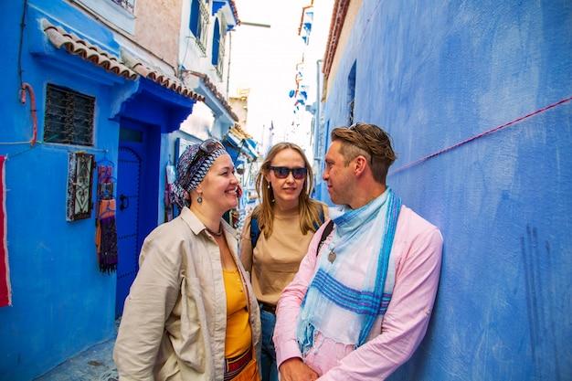 Gruppo di turisti nella famosa città blu.