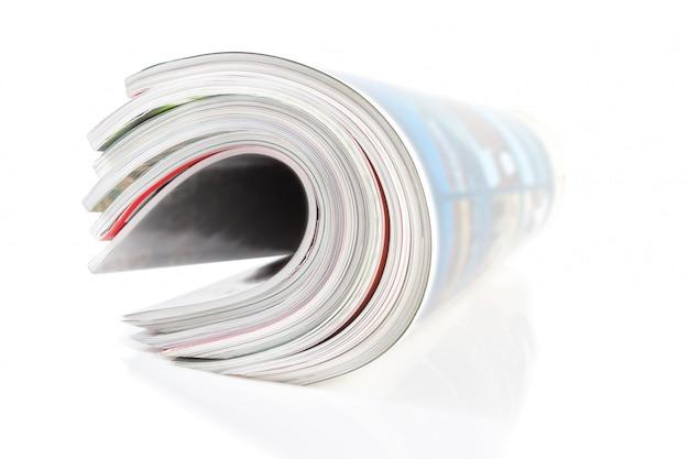 Gruppo di rivista contorta. close-up su un muro bianco.