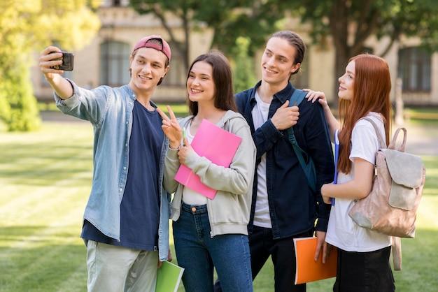 Gruppo di studenti universitari che prendono un selfie