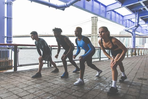 Gruppo di corridori urbani che corrono sulla strada a new york city, serie concettuali su sport e fitness