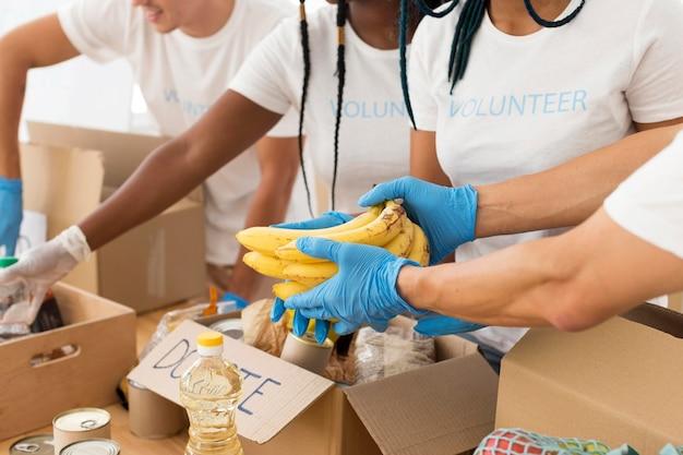 Gruppo di volontari che si prendono cura insieme delle donazioni