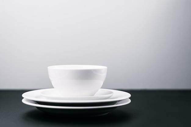 Gruppo di piatti puliti bianchi con lo spazio della copia.