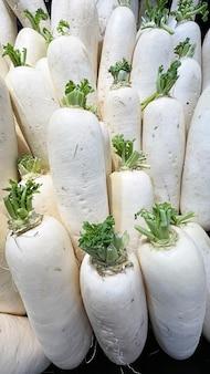 Gruppo di ravanello bianco in supermercato.