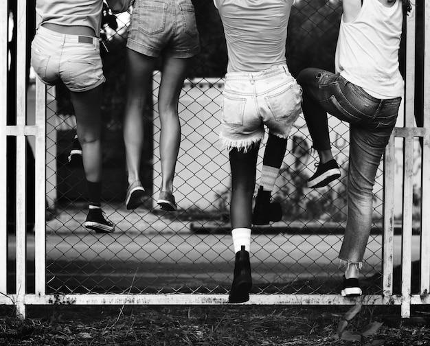 Gruppo di donne che scalano il recinto
